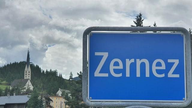 La tavla a l'entrada da Zernez.