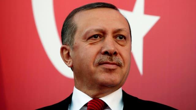 Erdogan vor einer türkischen Flagge