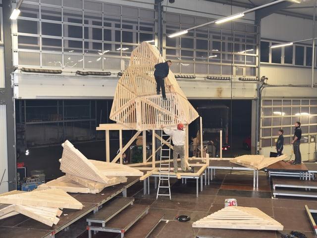 Zwei Studenten setzten die Holzteile zum Matterhorn zusammen