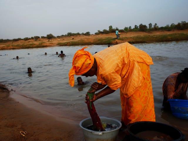 Frau wächst ihre Kleider im Senegal-Fluss, 2012 in Mauretanien