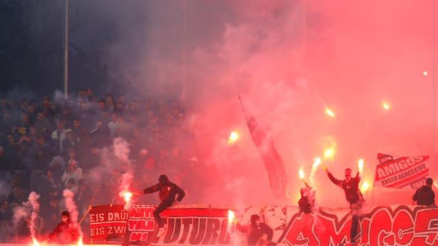 Grasshopper-Fans zünden im Stadion Brügglifeld verbotene Pyrofackeln.