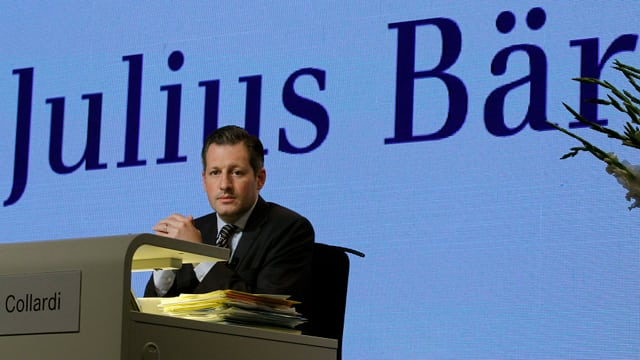 Boris Collardi avant il logo Julius Bär.