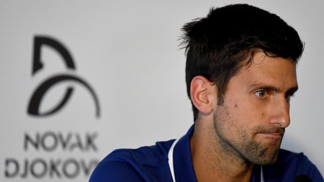 Novak Djokovic macht ein missmutiges Gesicht.