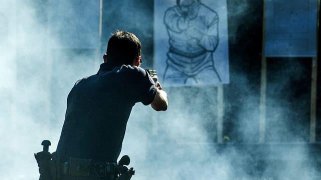 Polizist übt mit der Waffe