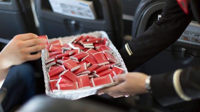 Swiss-Schokolade wird im Flugzeug gereicht.