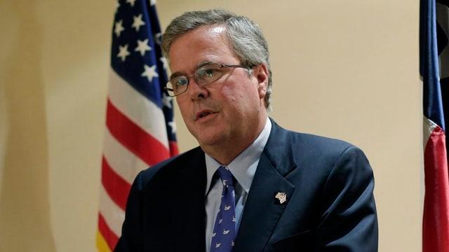 Jeb Bush vor der Flagge der USA