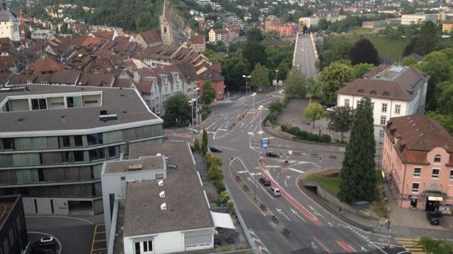 Luftaufnahme der grossen Strassenkreuzung Schulhausplatz in Baden.