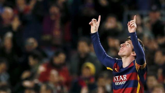 Lionel Messi richtet beide Zeigfinger gegen den Himmel.