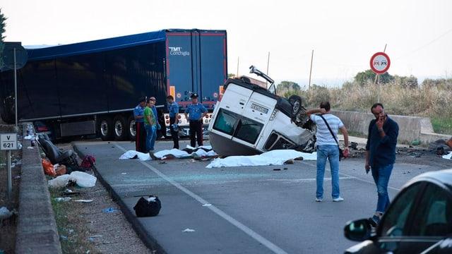 Bei einem Unfall nahe Foggia starben am Montag zwölf Afrikaner auf der Rückkehr von den Feldern.