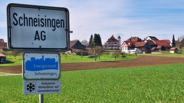 Ortstafel von Schneisingen und darunter eine Tafel «Energiestadt»