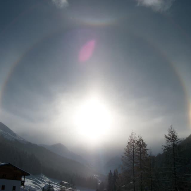 Die Sonne steht über Davos, um die Sonne hat sich ein leuchtender Reifen gebildet.