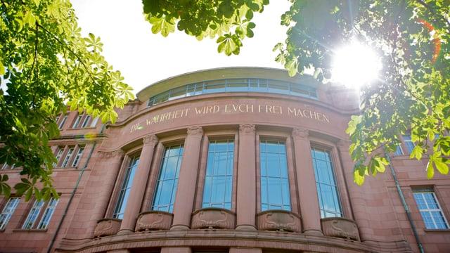 Das Kollegiengebäude der Uni Freiburg (D) von unten fotografiert, im Gegenlicht.