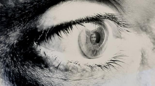 Schwarz-weiss-Foto: Mann spiegelt sich in Pupille