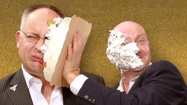 Zwei Männer bewerfen sich mit Torte