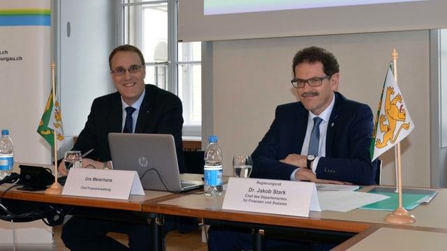 Regierungsrat Jakob Stark und Urs Meierhans am Sitzungstisch.