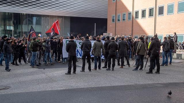 Sin il Messeplatz a Basilea hai dà demonstrants e cunter-demonstrants.