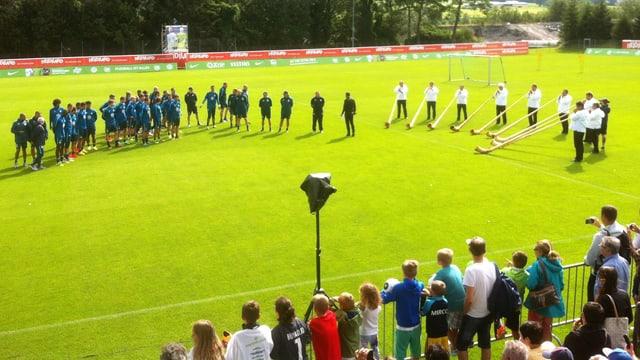 L'quipa dal VfL Wolfsburg vegn beneventada cun tibas sin il plaz da ballape a Bogn Ragaz.