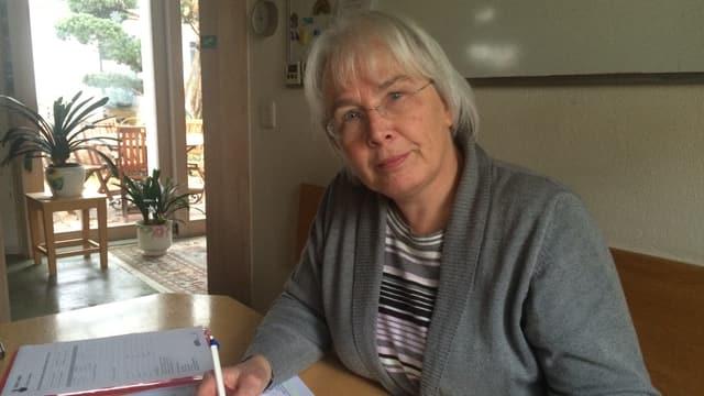 Marion Schafroth an Tisch sitzend
