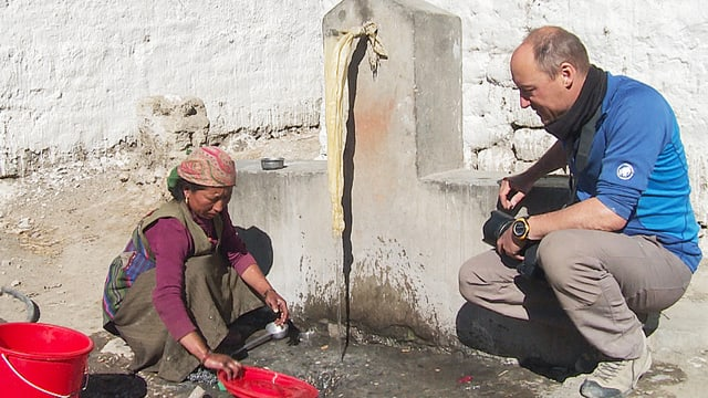 Manuel Bauer mit einer Bewohnerin von Sam Dzong
