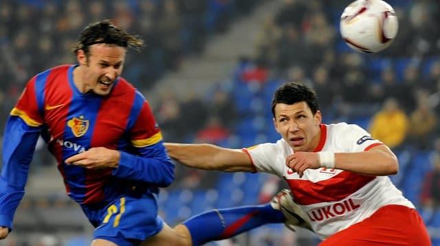 FCB-Spieler Marco Streller im Kampf um den Ball mit Marek Suchy