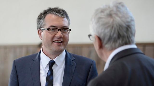 Mann mit Brille und Krawatte