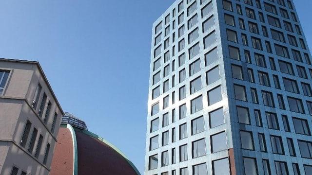 Die Kuppel der Basler Markthalle und daneben der neue Tower mit Neubauwohnungen.