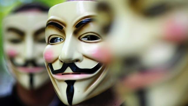 Hacker von Anonymous hinter Guy Fawkes-Masken