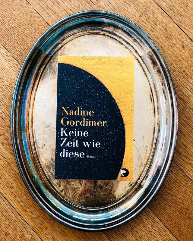 Der Roman «Keine Zeit wie diese» von Nadine Gordimer liegt auf einem Silbertablett