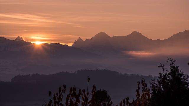 Erste Sonnenstrahlen über dem Berner Oberland.