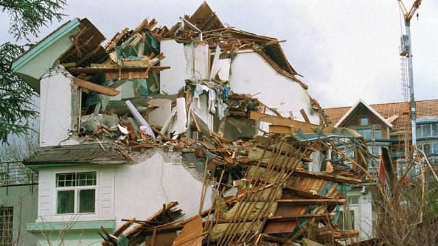 Vom Sturm eingedrücktes Haus