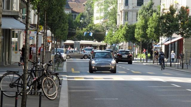 Eine Strasse in der Stadt Luzern mit Autos, Bus und Velos.