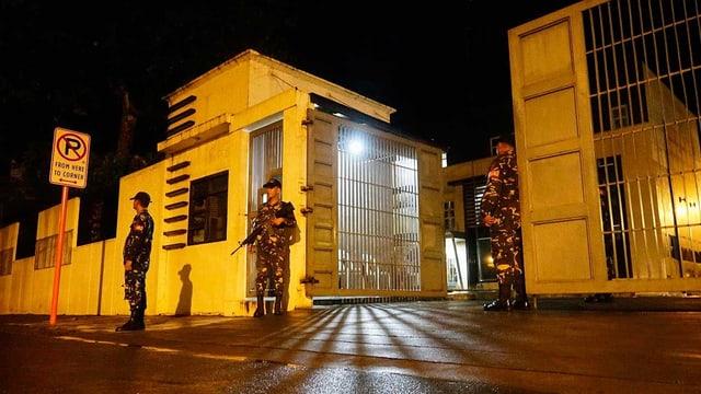 Soldaten bewachen Gebäude
