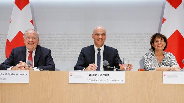 Trais Cussegliers federals cuntents: Johann Schneider-Ammann, Alain Berset e Doris Leuthard.
