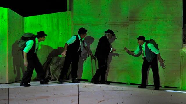 Bühnenbild in grünem Licht mit vier Schaupielern