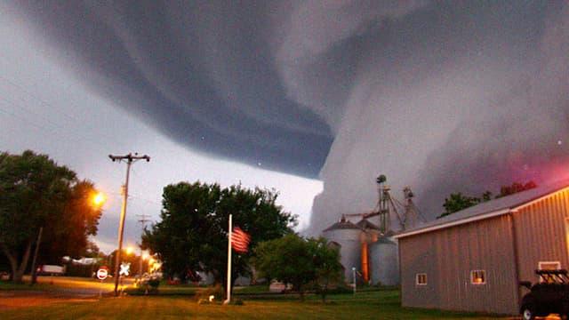 Tornado-Funnel über Häusern
