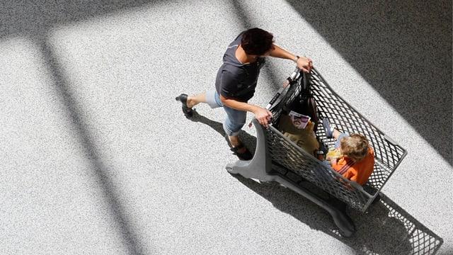 Eine Frau ist mit dem Einkaufswagen im Berner Shoppingcenter Westside unterwegs.