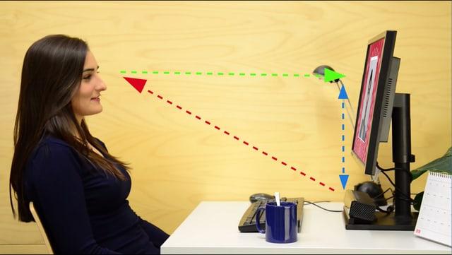 Eine Frau sitzt vor dem Computerbildschirm