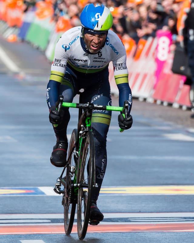 Michael Albasini fährt in Lüttich abgekämpft über die Ziellinie.