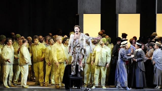 Opernbühne mit vielen Darstellerinnen und Darsteller