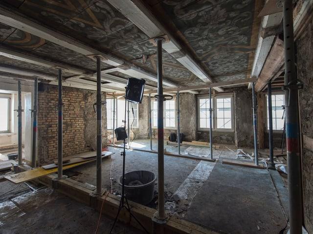 Innenraum mit Baustützen