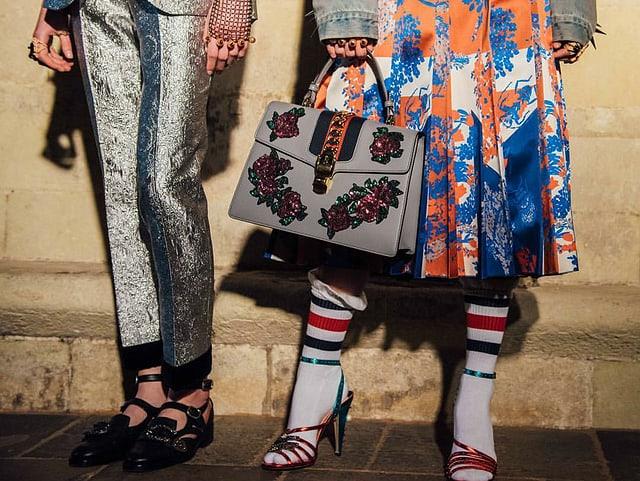 Zwei Models, Fokus auf Schuhe und Strümpfe