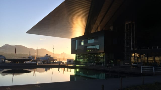 Das KKL Luzern im Sonnenuntergang.