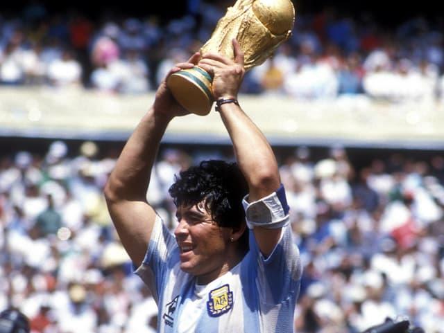 Diego Maradona mit dem WM-Pokal 1986
