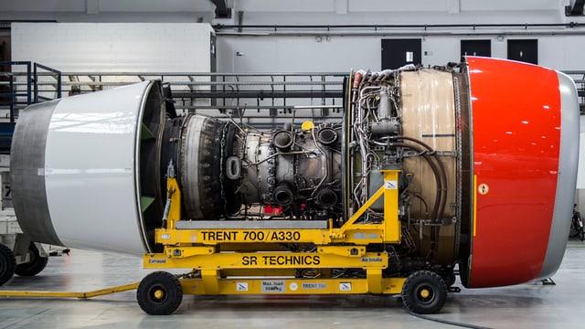 In motor d'in aviun en ina halla da SR Technics.