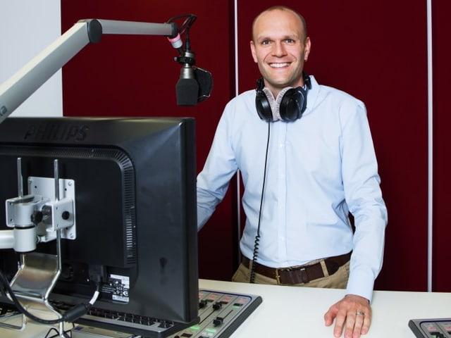 Porträtbild von Stefan Wüthrich im Radiostudio.