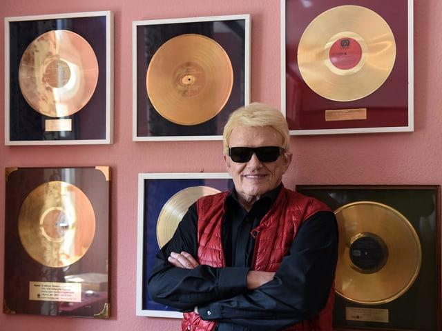Heino steht vor seinen goldenen Schallplatten
