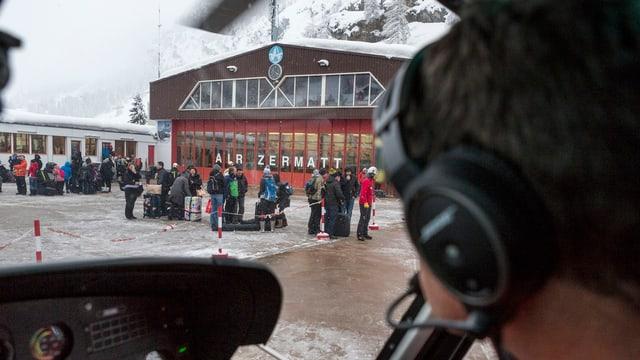 Für ganz Eilige steht auch am Mittwoch im abgeschnittenen Zermatt ein Helikopter bereit.