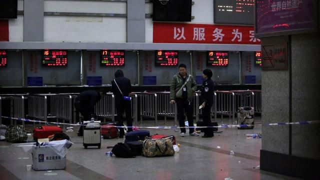 Koffern liegen am Boden des Bahnhofs in Kunming.