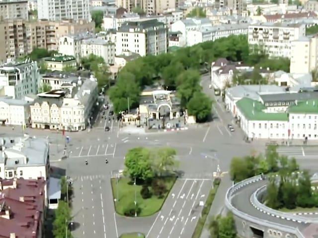 Eine Aufnahme von den leeren Strassen Moskaus aus Vogelperspektive.