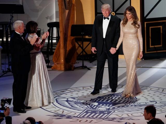 Der gewählte Präsident Donald Trump betritt bei einer Feier in Washington gemeinsam mit seiner Frau die Bühne.